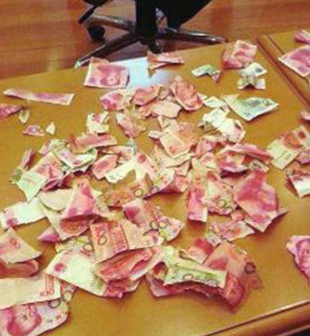Menino de quatro anos rasgou o dinheiro que seus pais guardavam debaixo da cama (Foto: Reprodução/Weibo)