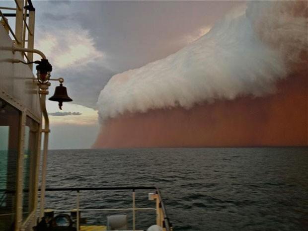 Imagens foram feitas de um rebocador na costa noroeste da Austrália (Foto: Brett Martin/Perth Weather Live/AFP)