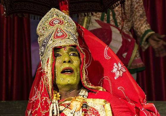 A atraente deusa Ambav, representada por um homem, é a única que consegue dominar o demônio Bhinyavad (Foto: © Haroldo Castro/Época)