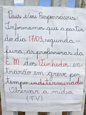 Na Escola Municipal dos Vinhedos, em Santa Felicidade, os professores colocaram um cartaz para avisar sobre a greve (Foto: Cleveson José/ RPC TV)