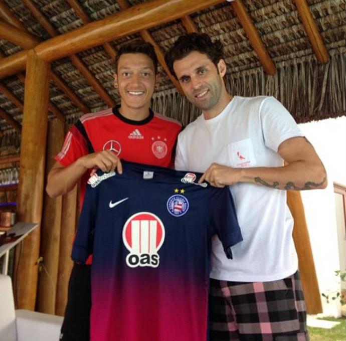 Lincoln, do Bahia, posa com Özil, da Alemanha (Foto: Reprodução)