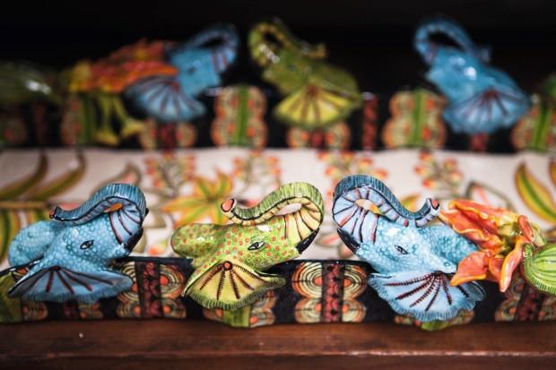 Bandeja de cabeças de elefante coloridas (Foto: Lufe Gomes / Editora Globo)
