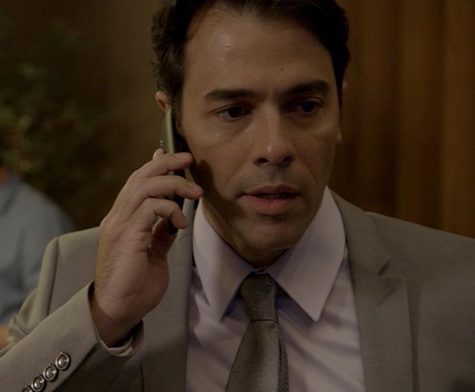 Sérgio recebe ligação de Ivan (Foto: TV Globo)