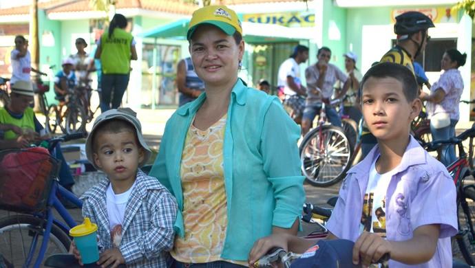 Solange ao lado dos filhos Vinicius,3, a esquerda, e Lucas, 11 (Foto: Aline Lopes)