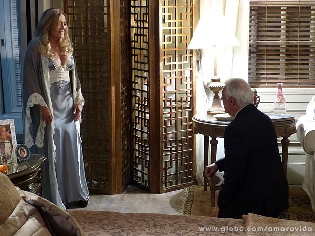 César surpreende Pilar e se ajoelha para pedir desculpas a ela pela traição (Foto: Amor à Vida/TV Globo)