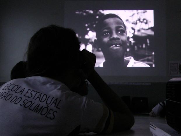 Alunos assistem a filmes com contexto social e histórico em oficina de cinema (Foto: Christyann Ritse/Divulgação)