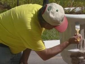 Moradores da cidade de Vinhedo pintam Santa Casa  (Foto: Reprodução/EPTV)