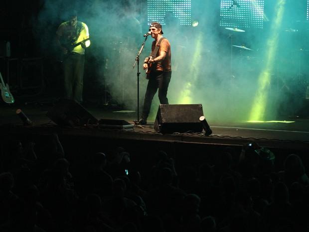 Nando Cordel se apresenta no palco do espaço Sala de Reboco (Foto: Flávio Alves / G1)