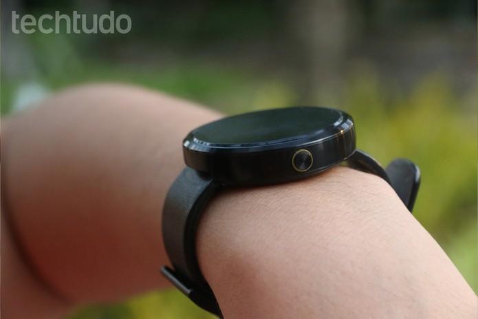 Design do Moto 360 é bastante semelhante ao de um relógio comum (Foto: Lucas Mendes/TechTudo)