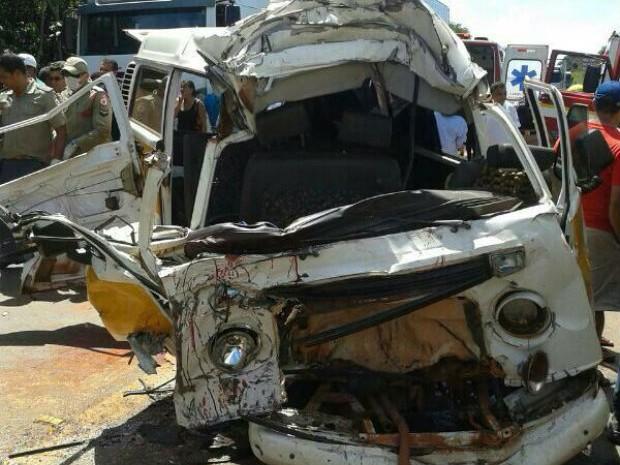 Van, que carregava oito crianças, ficou totalmente destruída, em acidente em Araguaína (Foto: Weberson Azevedo/Arquivo Pessoal)