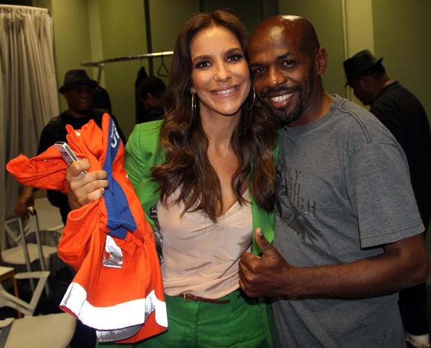 Renato Sorriso presenteia Ivete Sangalo com roupa de gari (Foto: TV Globo/Altas Horas)