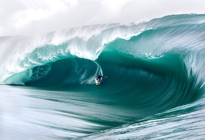 Brasileiro Everaldo Pato acaricia onda gigante em Teahupoo (Foto: WSL)