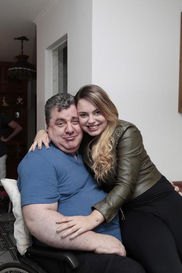 Gerson Brenner e a filha Anna Haas (Foto: Divulgação/Revista Conta Mais)