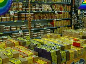 Produtos relacionados a festas juninas foram coletados e serão pesados pelo Ipem em São Carlos (Foto: Marlon Tavoni/EPTV)