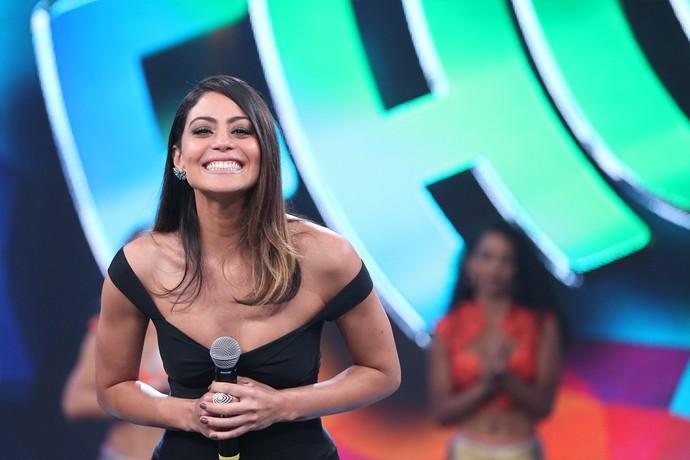 Carol Castro sorri no palco do Domingão (Foto: Carol caminha / Gshow)