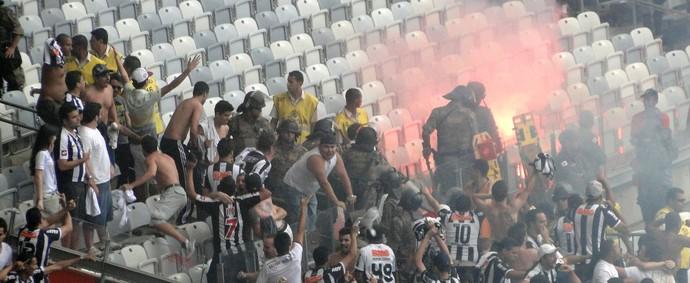 Sinalizador torcida Atlético-MG x Cruzeiro (Foto: Rafael Araújo)