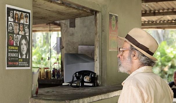 Virgílio observa cartaz da Fundação para a Infância e Adolescência (Foto: TV Globo)