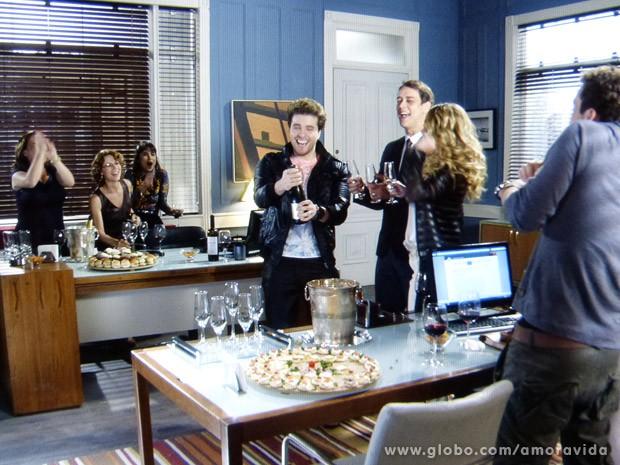 Niko faz festinha para Eron na sala do advogado (Foto: Amor à Vida / TV Globo)