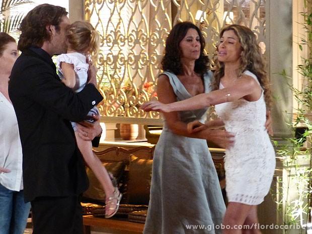 Ester é obrigada a entregar Laurinha a Alberto (Foto: Flor do Caribe / TV Globo)