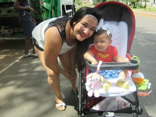 A professora Jéssica Helena Costa com seu filho de 7 meses no Galinho de Brasília (Foto: Jéssica Nascimento/G1)