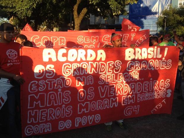 Integrantes do MTST fazem ato contra a Copa na Zona Leste de São Paulo (Foto: Marcelo Mora/G1)