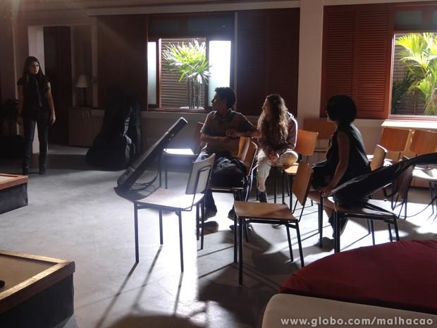 Kamillah se surpreende ao ver Giovana e os amigos no estúdio (Foto: Malhação/TV Globo)