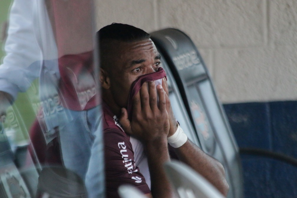 Substituído por engano, Wagner chora no banco de reservas (Foto: Diego Guichard / GloboEsporte.com)