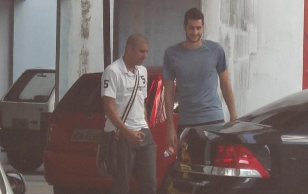 Lecheva, técnico do Paysandu, e o goleiro Dalton também estiveram presentes no estádio  (Foto: GLOBOESPORTE.COM)