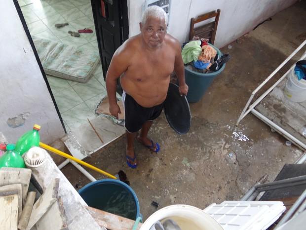 Sebastião Lira está acostumado a correr quando a água chega para enxer os reservatórios. (Foto: Katherine Coutinho / G1)