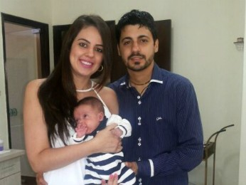 Família de Bruno Patrão conquistou na justiça o direito de receber remédio de graça para o filho de cinco meses (Foto: Arquivo pessoal/ Bruno Domingues Patrão)
