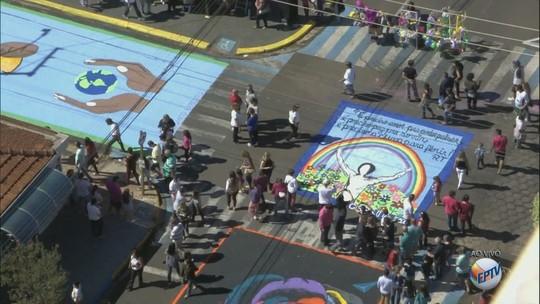 Tapete colore Matão para a celebração do Corpus Christi; veja galeria de fotos