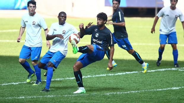 Willian José em ação no jogo-treino do Grêmio contra o Canoas (Foto: Lucas Uebel/Grêmio FBPA)