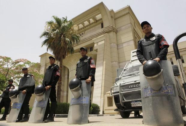 Policiais protegem o Tribunal Constitucional egípcio após a corte invalidar o Senado e a Comissão Constituinte do país neste domingo (2) (Foto: Amr Nabil/AP)