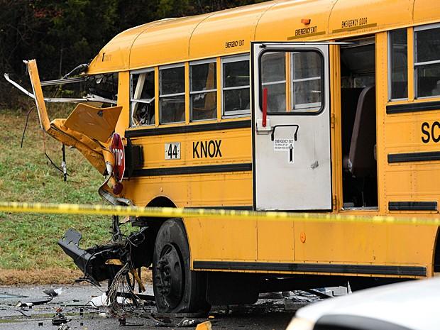 Ônibus que teria atingido o outro após perder o controle na estrada, segundo informações iniciais das autoridades (Foto: Michael Patrick/Knoxville News Sentinel/AP Photo)