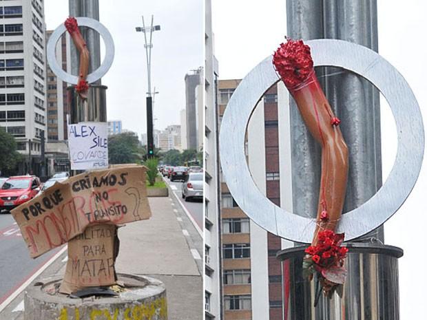 Um braço de plástico e cartazes foram afixados em um poste da Avenida Paulista, em São Paulo, para protestar contra o universitário Alex Siwek, que atropelou o ciclista Davida Souza dos Santos. A vítima, um limpador de vidros, perdeu o braço direito no acidente ocorrido no domingo (10). O membro foi jogado por Siwek no Córrego do Ipiranga, na Zona Sul. Siwek está preso desde o acidente. Nesta sexta (15), ele foi transferido do Centro de Detenção Provisória de Pinheiros, na Zona Oeste, para a penitenciária de Tremembé, na Zona Oeste. Na quarta-feira (13), a Justiça converteu a prisão temporária de Siwek em preventiva (Foto: J.Duran Machfee/Futura Press/ Estadão Conteúdo)