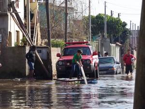 Moradores da Vila Asa Branca, uma das atingidas pelo rompimento de dique, improvisam jangadas (Foto: João Laud/RBS TV)