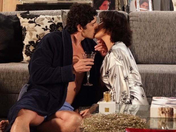 Os pombinhos só pensam em beijar (Foto: Guerra dos Sexos/TV Globo)