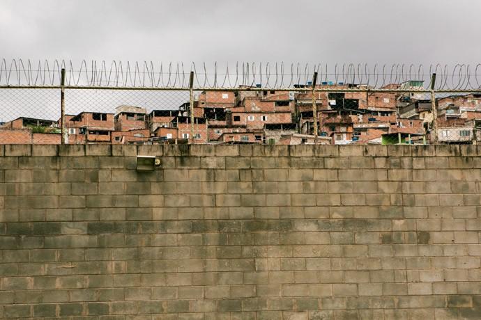 BARREIRAS. A favela que cerca a Casa Jardim São Luiz I. (Foto: Marcelo Min)