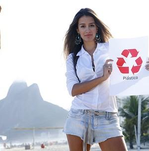 Linda, Geórgia posa para o fotógrafo na praia de Ipanema (Foto: Caldeirão do Huck/TVGlobo)