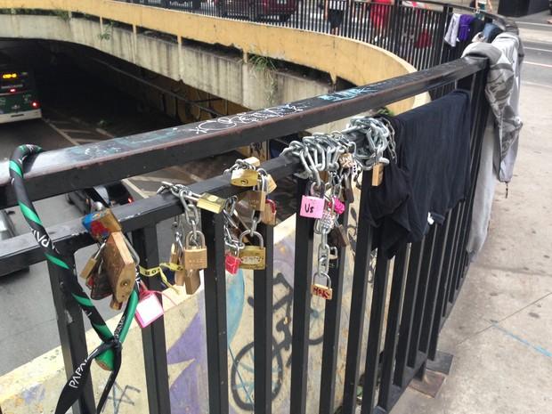 Cadeados foram colocados na Praça do Ciclista, na Avenida Paulista (Foto: Paula Paiva Paulo/G1)