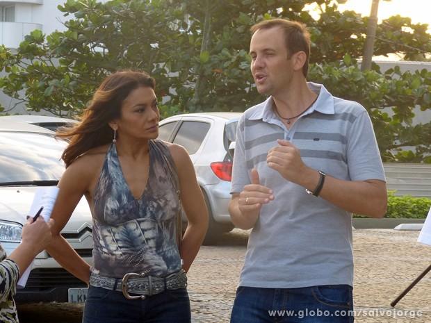 Dira presta atenção nas orientações do diretor  (Foto: Salve Jorge/TV Globo)