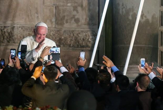 Fiéis tiram foto do papa Francisco nesta terça-feira (7), em Quito (Foto: AP Photo/Fernando Llano)