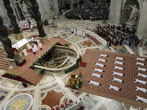 Papa Franciscou ordenou 19 novos sacerdotes neste domingo (26) (Foto: Giorgio Onorati/Reuters)