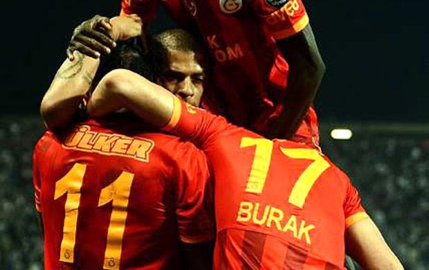 felipe melo drogba Galatasaray gol Besiktas (Foto: Reprodução / Facebook)