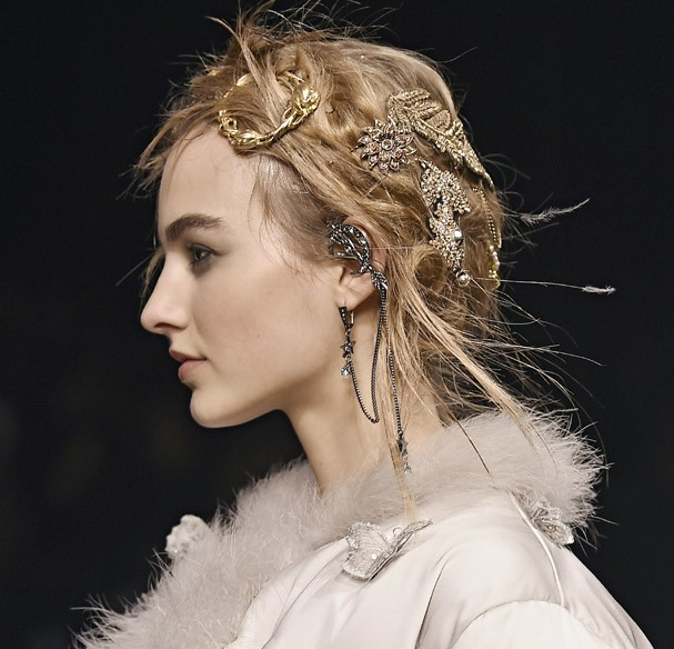 LONDON, ENGLAND - FEBRUARY 21:  Accessories hair jewellery detail the runway at the Alexander McQueen Autumn Winter 2016 fashion show during London Fashion Week on February 21, 2016 in London, United Kingdom.  (Photo by Catwalking/Getty Images) (Foto: Getty Images)