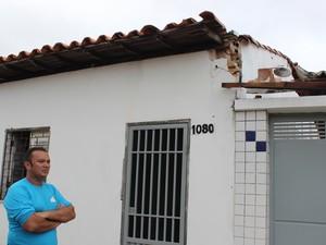 Vendedor mostra estrago provocado pela queda dos postes em sua casa (Foto: Gustavo Almeida/G1)