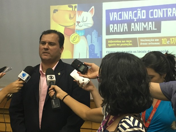 Subsecretário de vigilância em saúde, Tiago Coelho, fala sobre campanha de vacinação antirrábica no DF (Foto: Luiza Garonce)