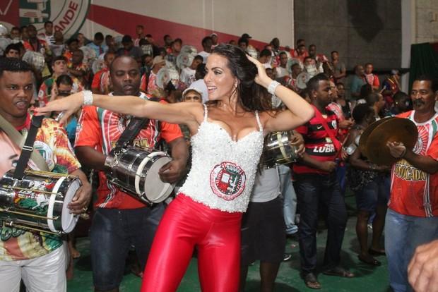 Carla Prata em ensaio da Grande Rio (Foto: Rodrigo dos Anjos/ Ag. News)