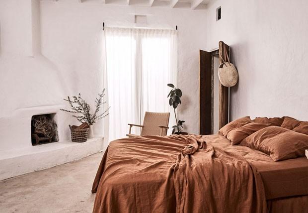 Décor do dia: roupas de cama terrosas e monocromáticas no quarto (Foto: divulgação)