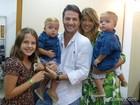 Marcelo Serrado comemora Dia dos Pais ao lado de seus três filhos